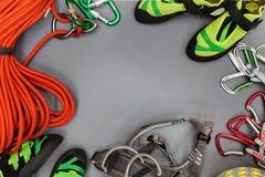 Beklimmend materiaal op een zwarte achtergrond wordt opgemaakt die Kabel, die schoenen, krijtzak de beklimmen, quickdraws, maakt, Royalty-vrije Stock Afbeelding