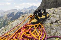 Beklimmend schoenen door na de voltooiing van een het beklimmen route worden neergehaald te beklimmen die royalty-vrije stock foto's