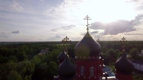 Beklimmingskathedraal en Heilig Dwarsklooster in groen platteland, Rusland stock video
