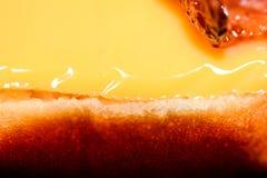 Bekon i chees hamburger na talerzu, zakończenie podnosimy makro- fotografię Obraz Royalty Free