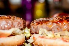 Bekon i chees hamburger na talerzu, zakończenie podnosimy makro- fotografię Obrazy Royalty Free