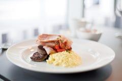 Bekon, kiełbasa i jajka śniadaniowi, Fotografia Stock