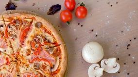 Bekon, pieczarka i serowa pizza na drewnianej desce, Zako?czenie odg?rny widok zbiory