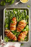 Bekon zawijająca kurczak pierś z asparagusem obraz stock
