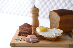 Bekonowa i jajko Śniadaniowa kanapka Fotografia Royalty Free