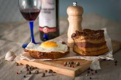 Bekonowa i jajko Śniadaniowa kanapka Zdjęcia Royalty Free
