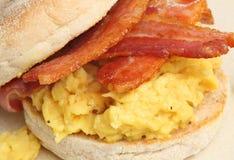 Bekonowy & Jajeczny słodka bułeczka kanapki śniadanie zdjęcie stock