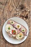 Bekonowy Serowy Jajeczny baleron i Pomidorowa kanapka na Drewnianym tle Obrazy Royalty Free