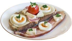 Bekonowy Serowy Jajeczny baleron i Pomidorowa kanapka na talerzu Odizolowywającym Obrazy Stock
