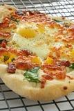 bekonu jajeczny pizzy vertical Obraz Royalty Free