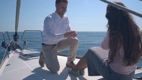 Bekoorde paarzitting op een jacht stock video