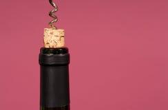 Bekorken Sie der Weinflasche mit einem Korkenzieher ausgezogen werden Stockfotos