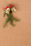Bekorken Sie Vorstand mit Weihnachtsdekorationen für Sankt-Meldung lizenzfreie stockbilder