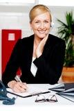 Bekräftande tidsbeställning för kvinnlig sekreterare Royaltyfri Fotografi
