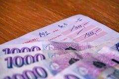 Bekräftelse av en betalning (frågesnedsteg) med de blåa sedlarna på överkanten royaltyfria foton