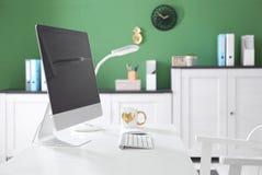 Bekväm arbetsplats med den moderna datoren Royaltyfri Bild