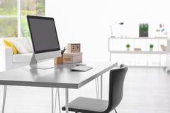 Bekväm arbetsplats med den moderna datoren Royaltyfri Fotografi