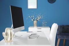 Bekväm arbetsplats med den moderna datoren Arkivbilder