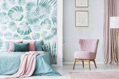 Bekväm gräns - rosa färg stoppad stol Royaltyfria Foton