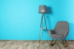 Bekväm gungstol i stilfull vardagsrum fotografering för bildbyråer