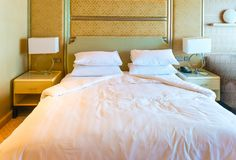 Bekväm hotellsäng Royaltyfri Fotografi