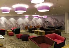 Bekväm inre av lobbyen i modernt hotell Arkivfoton