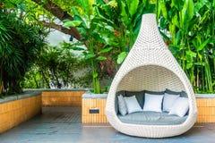 Bekväm kudde på utomhus- uteplats för soffagarnering royaltyfri bild