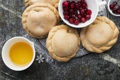 Bekväm mat för den hela familjen Hemlagade mini- pajer som göras från ny enkel deg med säsongsbetonade bär som tjänas som Royaltyfria Foton
