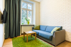 Bekväm soffa i liten lägenhet Fotografering för Bildbyråer