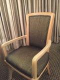 Bekväm stol i ett hotellrum arkivfoton