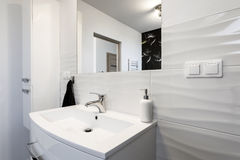 Bekvämt badrum för modern design royaltyfri fotografi