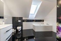 Bekvämt badrum för modern design royaltyfri foto