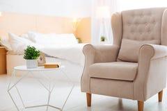 Bekvämt ljust rum som ser fridsamt och hemtrevligt Royaltyfri Fotografi