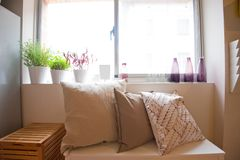 Bekvämt soffaområde i vardagsrummet royaltyfria foton