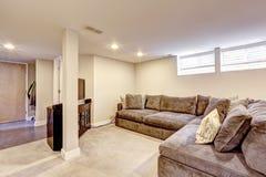 Bekväm brun soffa med kuddar Fotografering för Bildbyråer