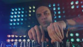 Bekwaam DJ die bij een nachtclub presteren stock videobeelden