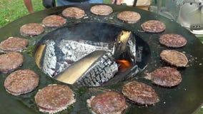 Bekwaam het bakselvlees van de barbecuechef-kok voor burgers bij de grill Handbediend schot stock footage