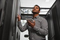 Bekwaam IT technicus bijwerkend systeem stock afbeeldingen