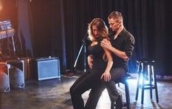 Bekwame dansers die in de donkere ruimte onder het licht presteren Royalty-vrije Stock Afbeelding