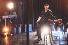 Bekwame dansers die in de donkere ruimte onder het licht presteren Royalty-vrije Stock Fotografie