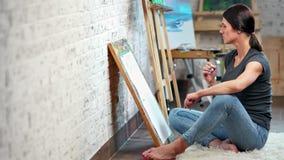 Bekwame de tekeningsschets uit de vrije hand van de creativiteit vrouwelijke schilder op canvas volledig schot stock footage