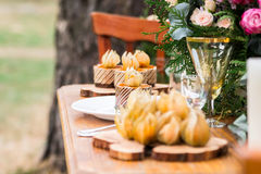 Bekwame decoratie met bloemen, voedsel in een pijnboombos Royalty-vrije Stock Foto's