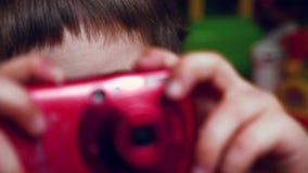 Bekwame fotograaf Preschooling idee Alternatief onderwijsconcept Homeschoolingsachtergrond Kind 4 - 5 jaar oud stock footage