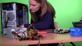 Bekwame het van de de vrouwenverbetering van de computerhersteller bureaucomputerhardware stock videobeelden