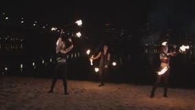 Bekwame kunstenaars uitvoerende kunst van het jongleren van met staven stock video