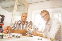 Bekwame mannelijke arbeiders die 3d drukproject bespreken Stock Foto