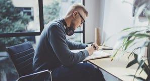 Bekwame ontwerper Kaukasische mens die abstracte schets met pen trekken Het proces van het kunstwerk Creatieve hobby Het nota nem stock afbeeldingen