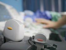 Bekwame sonographer die ultrasone klankmachine met behulp van op het werk Stock Foto's