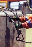 Bekwame zeeman die aan dek tijdens ladingsverrichtingen werken royalty-vrije stock foto's