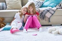 Bekymmerslös dag av gulliga små systrar royaltyfri fotografi